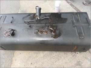 トラックディーゼル 燃料タンク、パイプ、錆損修理前-2